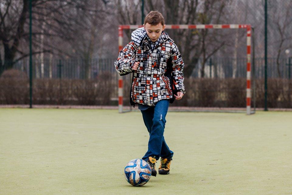 Pokaz slajdów składający się zserii fotografii, na każdej przedstawione jest dziecko lub grupa dzieci uprawiających sport lub podejmujących wysiłek fizyczny: piłka nożna.