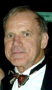 Fotografia przedstawia starszego mężczyznę wstroju wieczorowym.