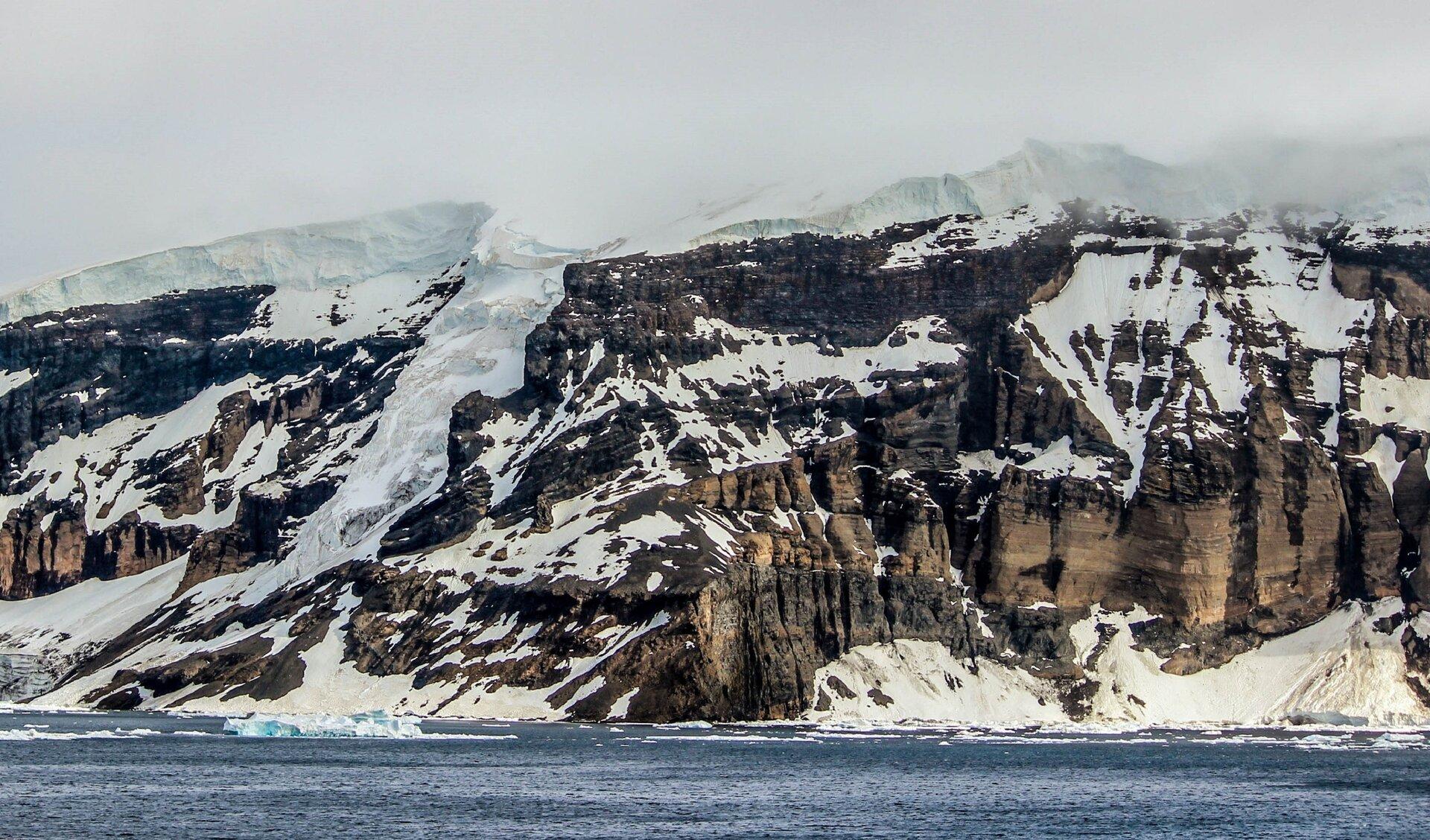 Na fotografii widać skaliste wzniesienie pokryte śniegiem ilodem.