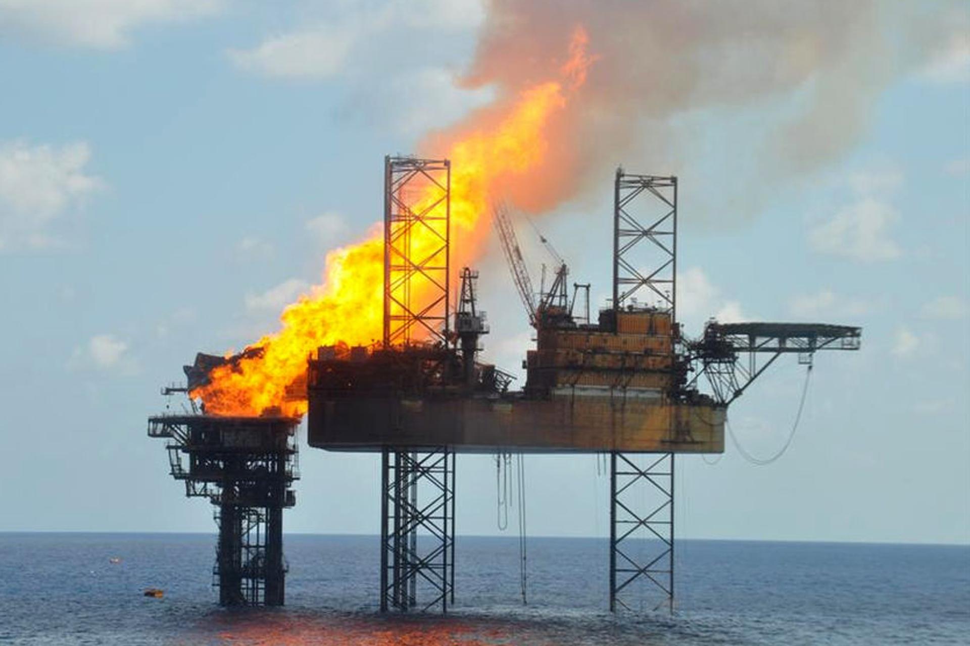 Zdjęcie przedstawia pożar na platformie ropy naftowej na morzu
