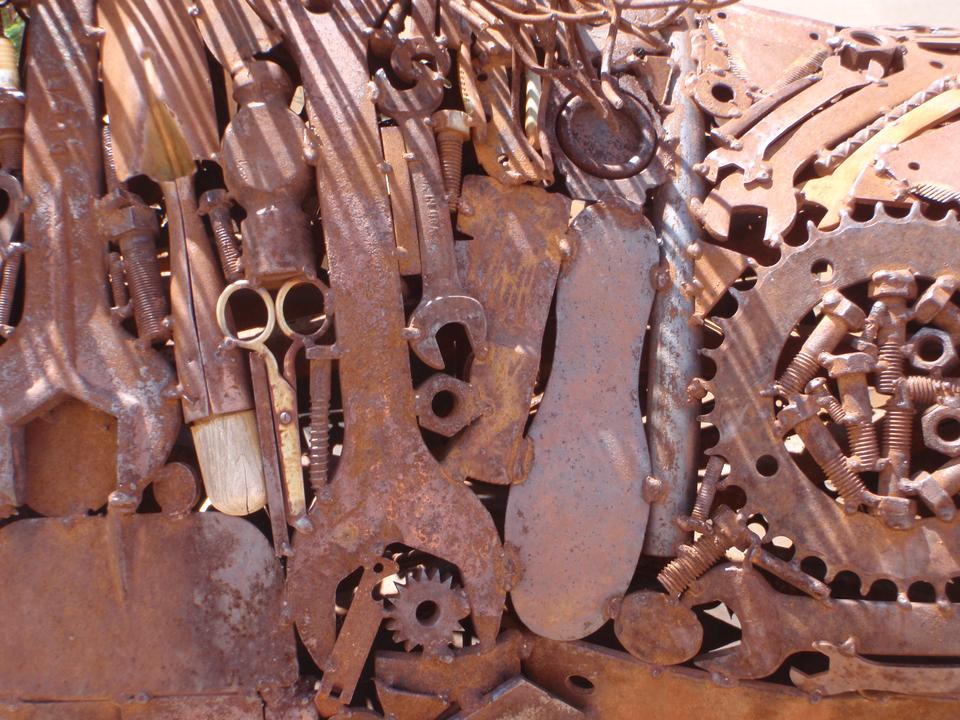 Seria trzech zdjęć. Na pierwszym pokryte rdzą przedmiot: klucze, śruby, nożyczki, koła zębate. Na drugim widać sztućce wykonane ze srebra, pokryte nalotem iczyste – błyszczące. Na trzecim jest fragment mosiężnego elemnty architektonicznego pokrytego patyną.