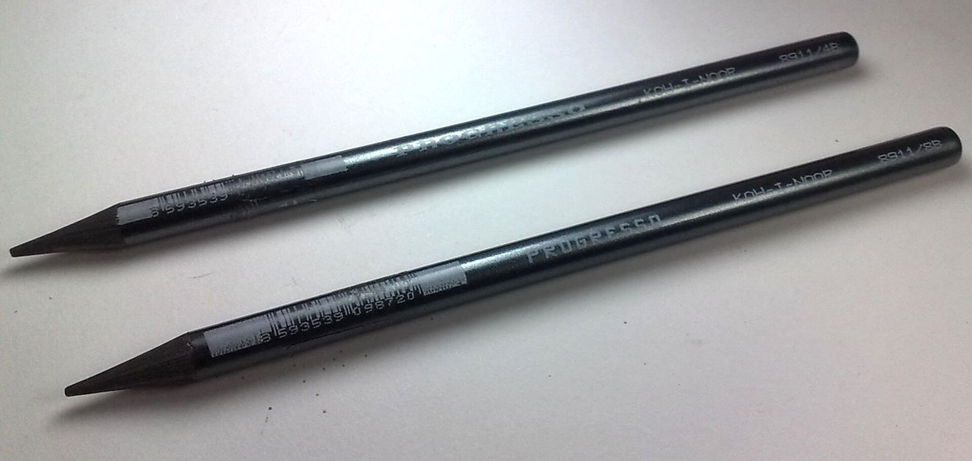 Zdjęcie przedstawia dwie czarne kredki bezdrzewne wykonane zgrafitu.