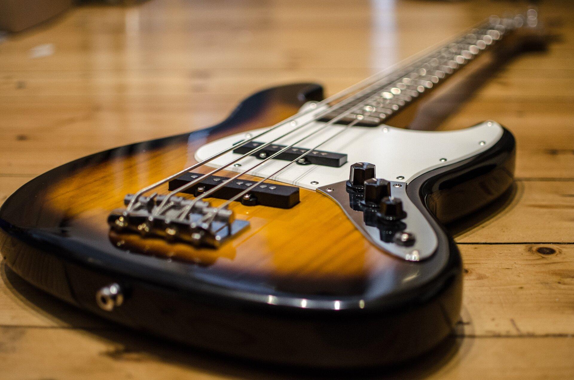 Struny gitary oróżnej grubości. Grubość strun decyduje owysokości wydawanych dźwięków