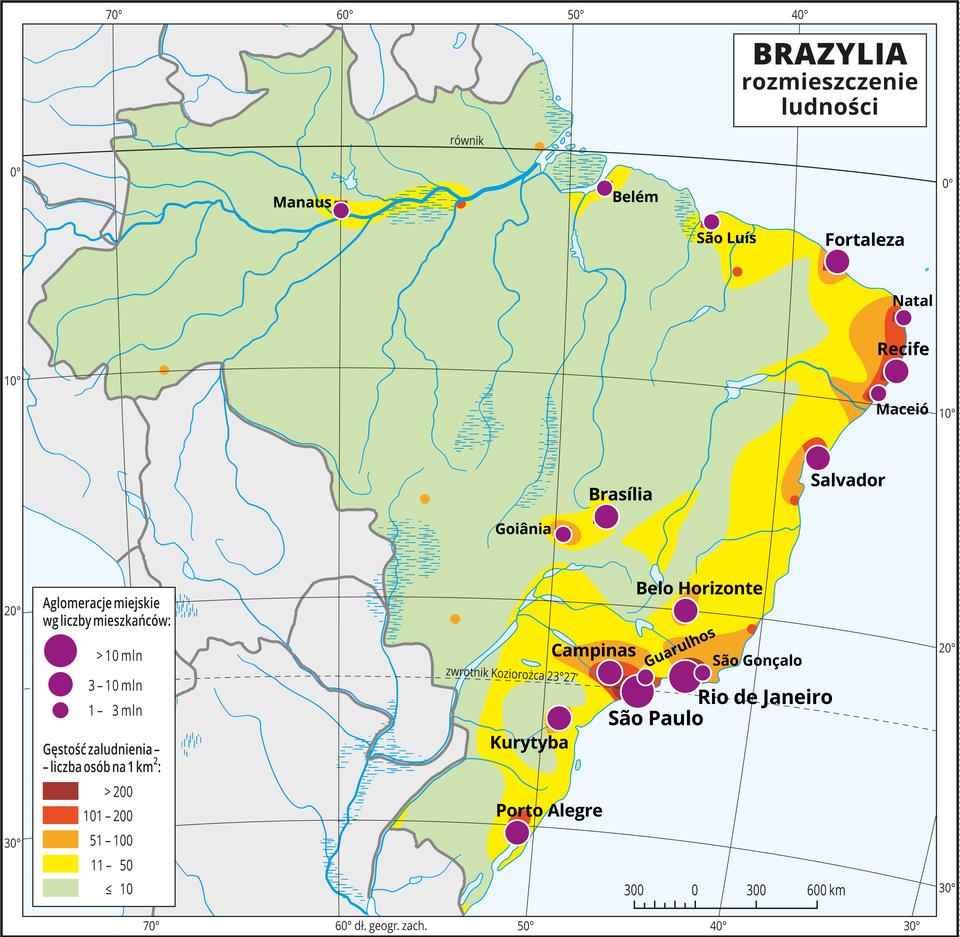 Ilustracja przedstawia mapę rozmieszczenia ludności wBrazylii. Kolorami od zielonego (w przewadze) przez żółty ipomarańczowy do czerwonego ibrunatnego przedstawiono gęstość zaludnienia. Na wschodnich wybrzeżach przeważa kolor żółty (jedenaście do pięćdziesięciu osób na jeden kilometr kwadratowy). Wokół miast, które też przeważnie skupione są wtym rejonie – kolor pomarańczowy do brunatnego oznaczający dużą gęstość zaludnienia powyżej pięćdziesięciu osób na kilometr kwadratowy. Na mapie różnej wielkości sygnatury (koła) obrazujące aglomeracje miejskie wg liczby mieszkańców: São Paulo, Rio de Janeiro – powyżej dziesięciu milionów mieszkańców, Recife, Salvador, Kurytyba, Porto Alegre – od trzech do dziesięciu milionów mieszkańców. Kilkanaście mniejszych sygnatur oznaczających miasta oliczbie mieszkańców od jednego do trzech milionów mieszkańców. Dookoła mapy wbiałej ramce opisano współrzędne geograficzne co dziesięć stopni. Wlegendzie umieszczono iopisano kolory użyte na mapie.