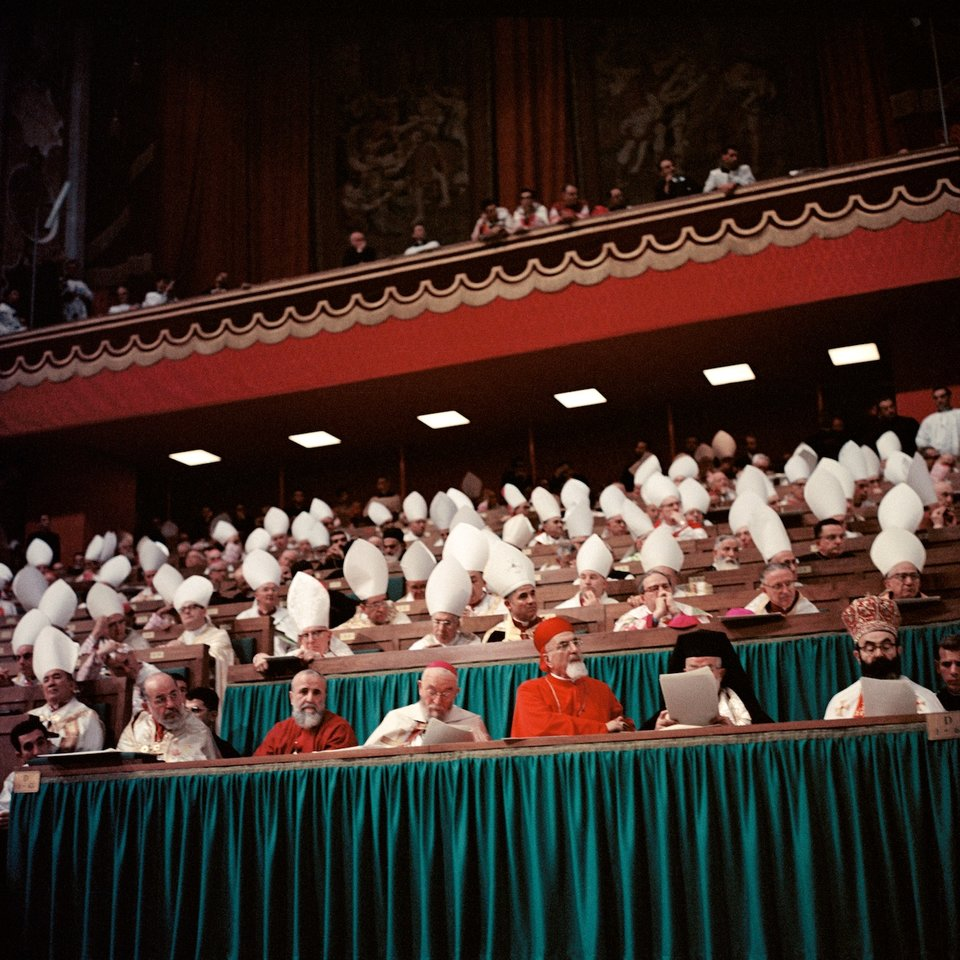 Duchowni podczas jednej zczterech sesji soborowch Źródło: Lothar Wolleh, Duchowni podczas jednej zczterech sesji soborowch, Fotografia, licencja: CC BY-SA 3.0.