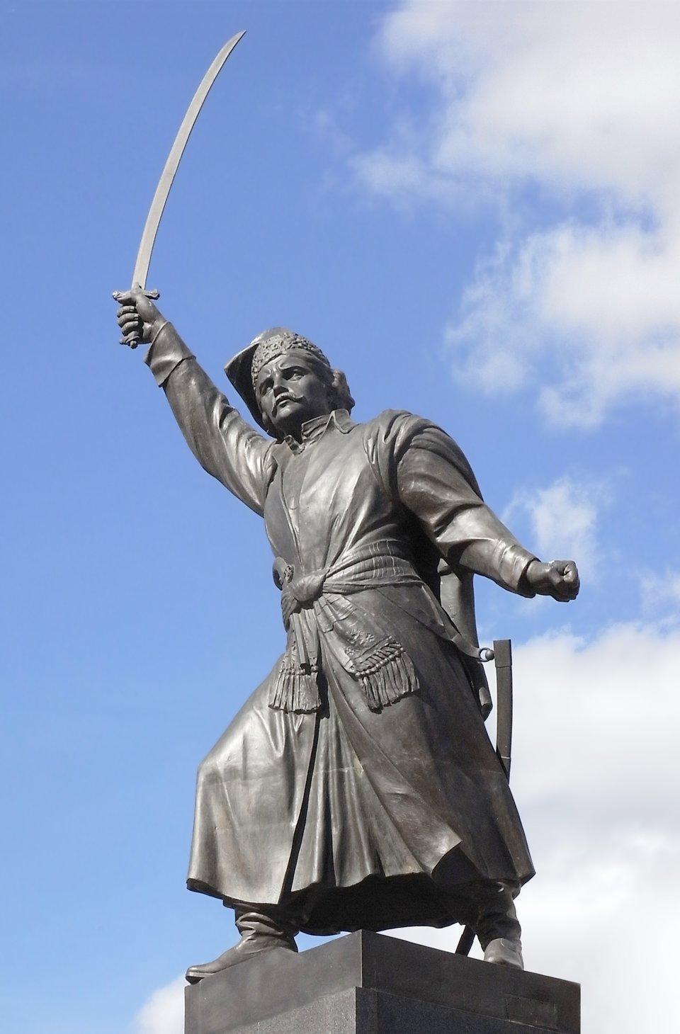 PomnikJana Kilińskiego powstał w1936 r. Jako jeden znielicznych monumentów warszawskich nie został zniszczony podczas II wojny światowej.Obecnie stoi wpobliżu miejsca gdzie wXVIII w. znajdowała się ambasada Rosji. PomnikJana Kilińskiego powstał w1936 r. Jako jeden znielicznych monumentów warszawskich nie został zniszczony podczas II wojny światowej.Obecnie stoi wpobliżu miejsca gdzie wXVIII w. znajdowała się ambasada Rosji. Źródło: Aisano, Wikimedia Commons, licencja: CC BY-SA 4.0.