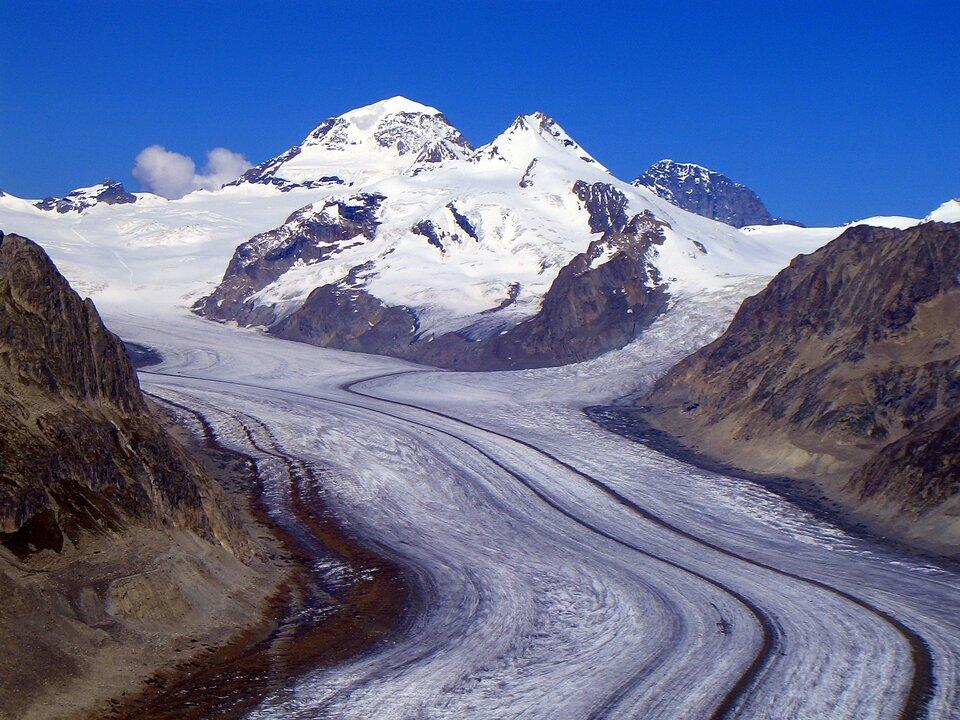 Lodowiec Aletsch wAlpach Szwajcarskich – długość jego jęzora wynosi około 25 km