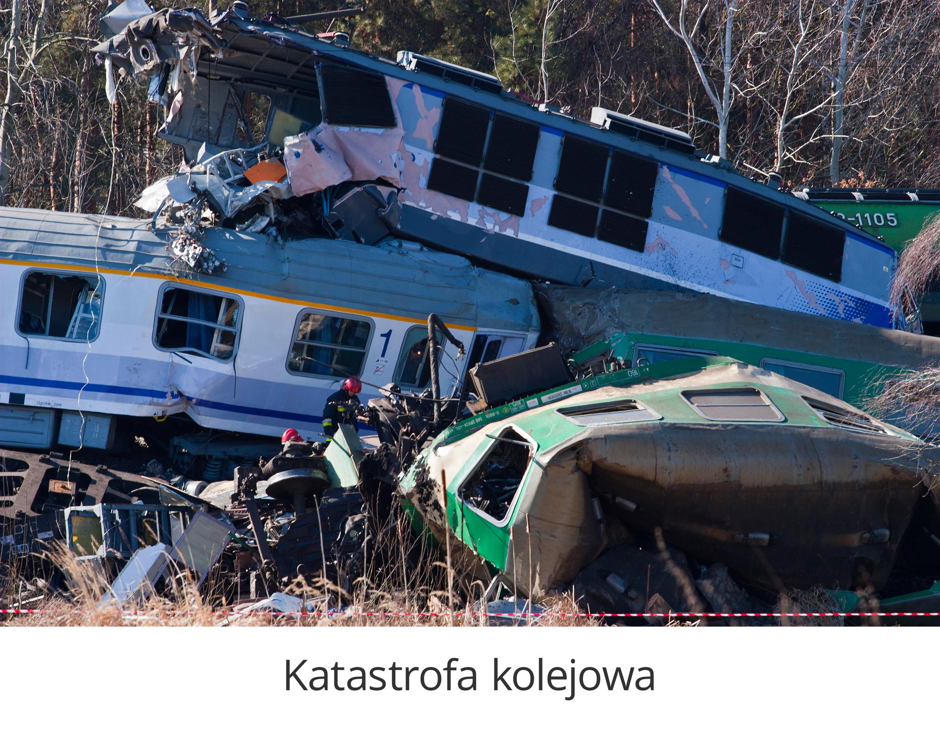 Zdjęcie 2 to katastrofa kolejowa. Słoneczny dzień. Trzy wagony pociągu po zderzeniu. Dwa wagony stoją na torach. Prawy zawisł na lewym wagonie. Przednia część wagonu uniesionego wgórę rozerwana. Trzeci wagon znajduje się na nasypie obok torów. Strażacy przeszukuję miejsce zderzenia.