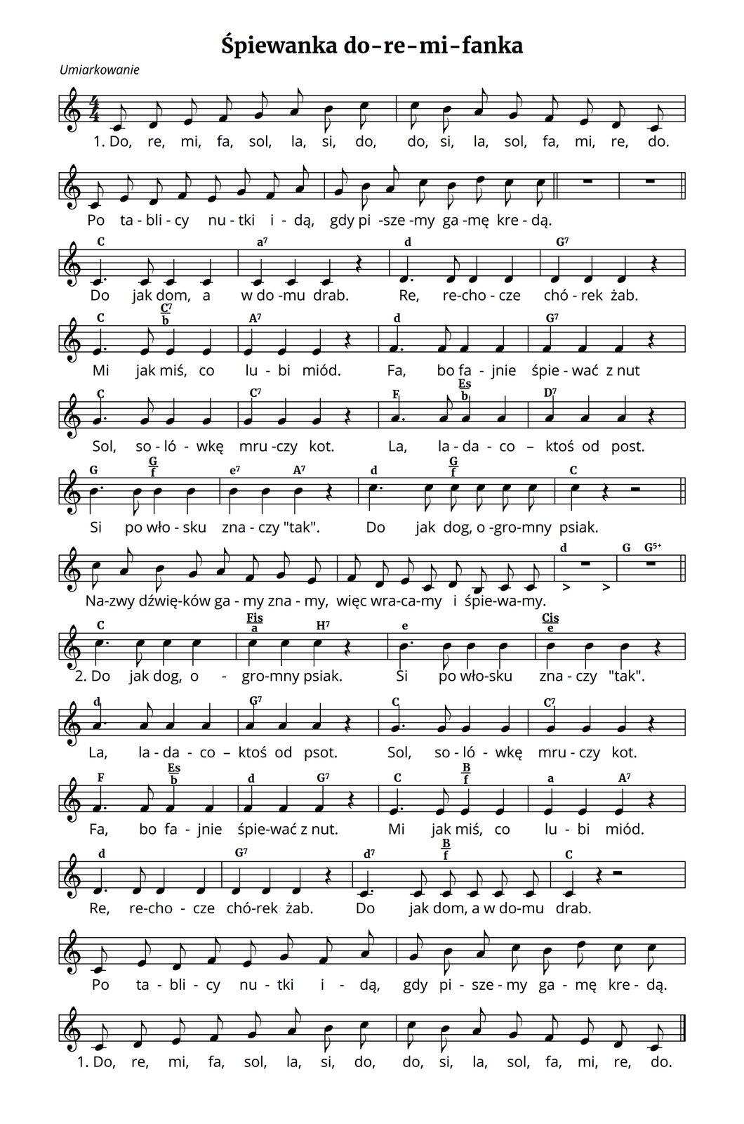 """Zapis nutowy piosenki """"Śpiewanka do re mi fanka"""". Metrum cztery czwarte. Piosenka rozpoczyna się gamą zaśpiewaną solmizacją: do, re, mi, fa, sol, la, si, do, do, si, la, sol, fa, mi, re, do. Po tablicy nutki idą, gdy piszemy gamę kredą. Potem kolejne dźwięki śpiewane są ztekstem opowiadającym oich nazwie solmizacyjnej: Do jak dom, awdomu drab. Re, rechocze chórek żab. Mi jak miś, co lubi miód. Fa, bo fajnie śpiewać znut. Sol, solówkę mruczy kot. La, ladaco - ktoś od psot. Si po włosku znaczy tak. Do jak dog ogromny psiak. Później następuje krótki przerywnik: Nazwy dźwięków gamy znamy, więc wracamy iśpiewamy. Druga zwrotka polega na zaśpiewaniu tego samego tekstu tylko wodwrotnej kolejności."""