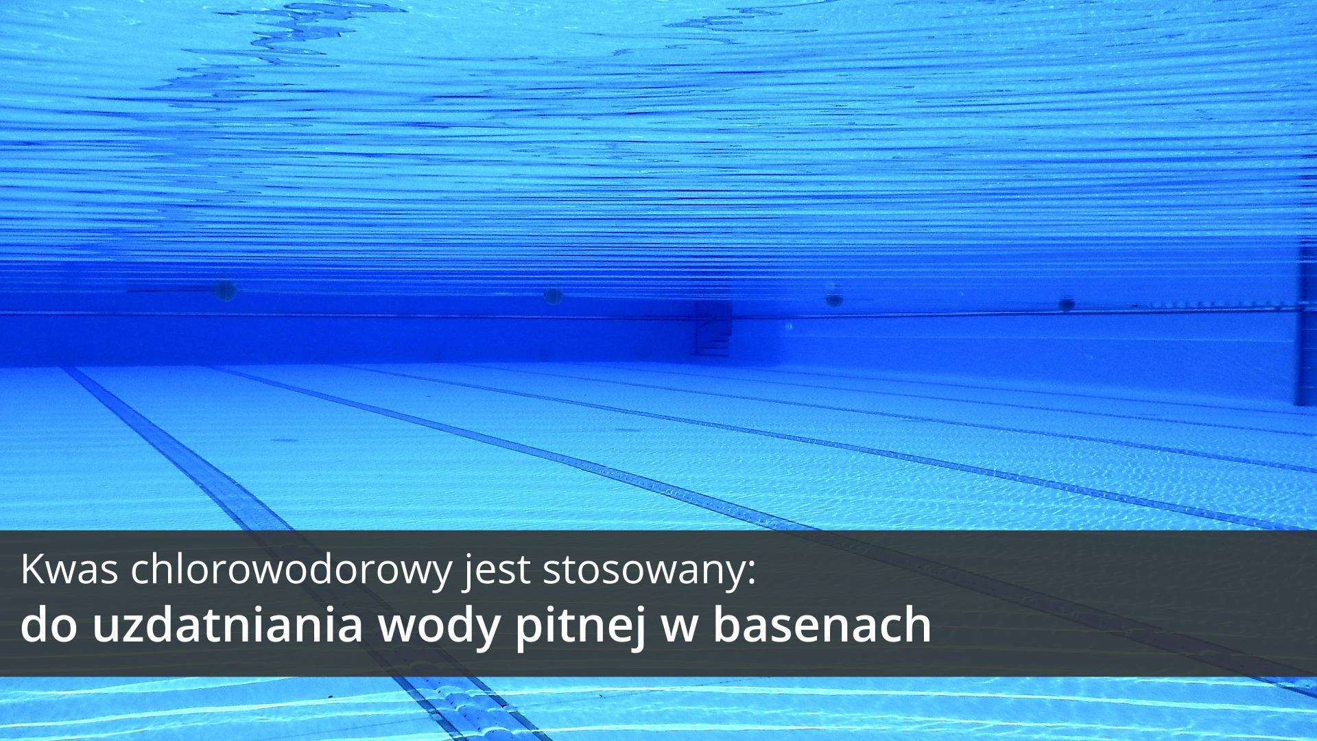 Ósma ilustracja galerii przedstawia zdjęcie pustego basenu pływackiego sfotografowanego spod wody. Ukośnie do osi widzenia aparatu biegną po dnie linie ułożone zniebieskich kafelków wyznaczające tory pływackie. Na tle obrazka wdolnej części ilustracji znajduje się ciemnoszary pasek, na którym umieszczono jasny napis: Kwas chlorowodorowy jest stosowany do uzdatniania wody pitnej wbasenach.