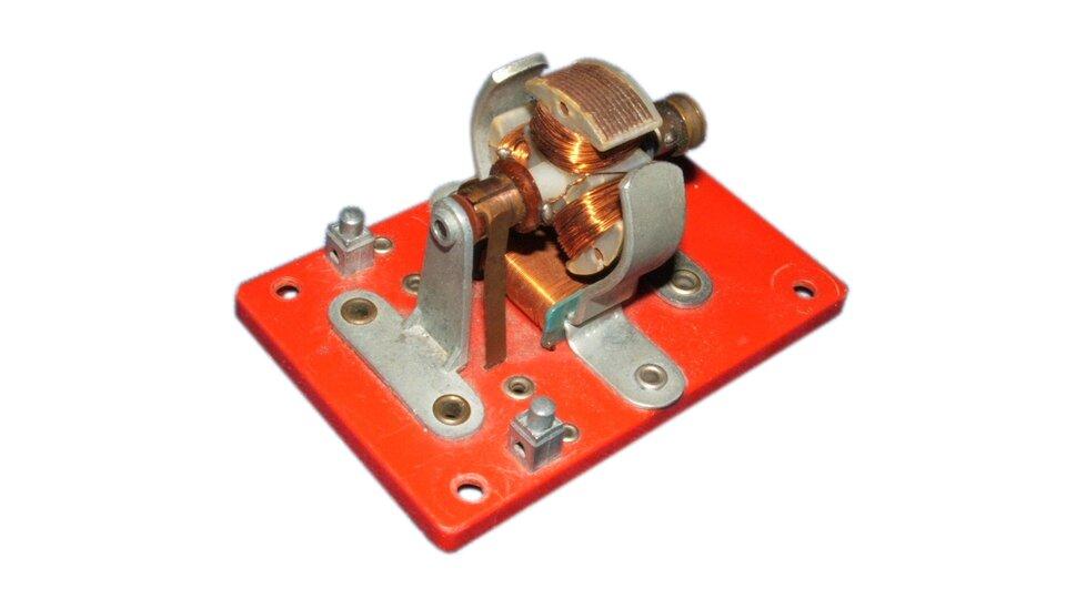 Zdjęcie silnika elektrycznego lub modelu silnika na prąd stały