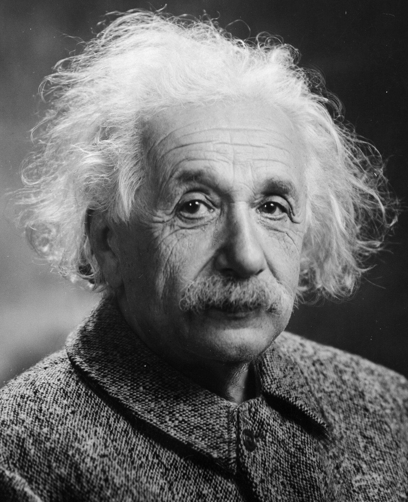 Portret Alberta Einsteina Źródło: Orren Jack Turner, Portret Alberta Einsteina, 1947, fotografia czarno-biała, domena publiczna.