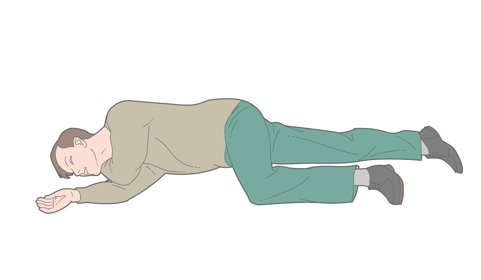 Poszkodowany mężczyzna leży na prawym boku, twarzą zwrócony wstronę obserwatora ilustracji. Głowa po lewej stronie ilustracji, nogi po prawej. Ręka mężczyzny na podłożu nadal zgięta włokciu pod kątem prostym. Dłoń skierowana do góry. Druga ręka, zgięta włokciu, przełożona przez klatkę piersiową wpoprzek. Przedramię znajduje się pod policzkiem iszyją, bezpośrednio na podłożu. Noga położona bezpośrednio na podłożu prosta wkolanie. Druga noga, zgięta wkolanie pod kątem prostym, wysunięta do przodu, kolano na podłożu. Zgięta noga zabezpiecza poszkodowanego wpozycji stabilnej.
