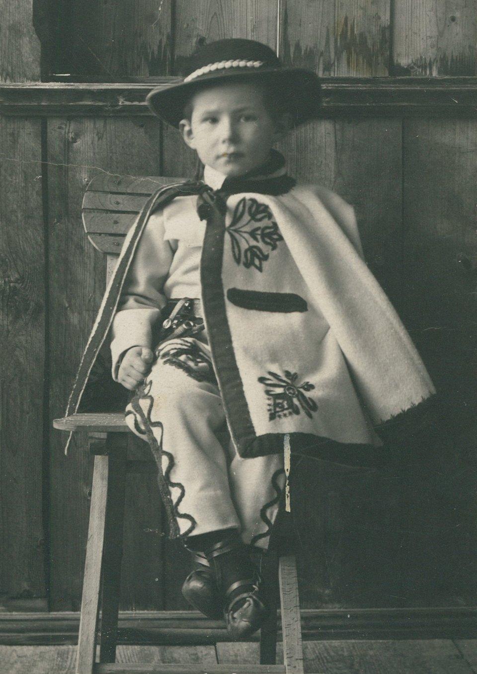 Portret Adama Żeromskiego wstroju góralskim, ok. 1905 Portret Adama Żeromskiego wstroju góralskim, ok. 1905 Źródło: domena publiczna.
