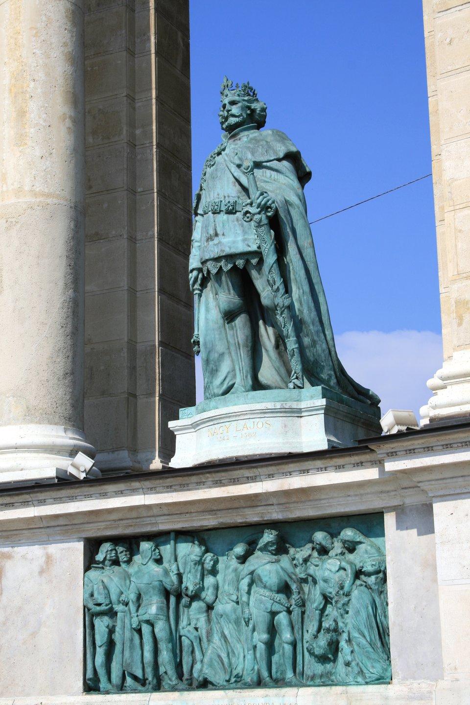 PomnikLudwika Andegaweńskiego,króla Węgier, Chorwacji iPolski, stojący na Placu Bohaterów (Tysiąclecia) wBudapeszcie.LudwikAndegaweński (Węgierski), syn Elżbiety Łokietkówny, żył wlatach 1326-1382, królem Węgier byłwlatach 1342-1382, akrólemPolski od 1370r., po śmierci Kazimierza Wielkiego. Na Węgrzech znany jako Ludwik IWielki, whistorii Polski najbardziej znany zprzywileju koszyckiego, wydanego wcelu zapewnienia tronu jednej zcórek. PomnikLudwika Andegaweńskiego,króla Węgier, Chorwacji iPolski, stojący na Placu Bohaterów (Tysiąclecia) wBudapeszcie.LudwikAndegaweński (Węgierski), syn Elżbiety Łokietkówny, żył wlatach 1326-1382, królem Węgier byłwlatach 1342-1382, akrólemPolski od 1370r., po śmierci Kazimierza Wielkiego. Na Węgrzech znany jako Ludwik IWielki, whistorii Polski najbardziej znany zprzywileju koszyckiego, wydanego wcelu zapewnienia tronu jednej zcórek. Źródło: Karelj, domena publiczna.