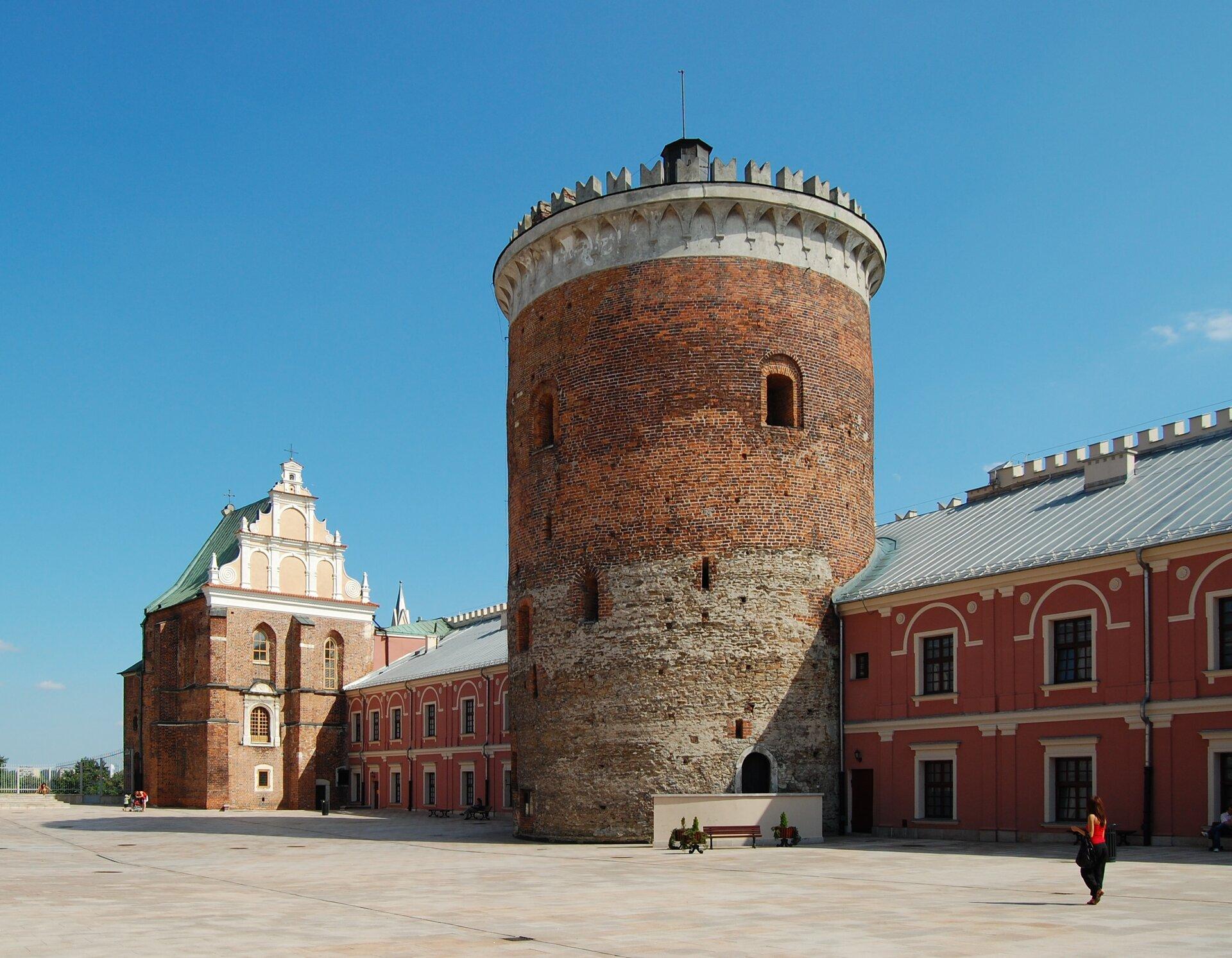Dziedziniec zamku wLublinie zkaplicą św. Trójcy. Źródło: Marcin Białek, Dziedziniec zamku wLublinie zkaplicą św. Trójcy., 2009, fotografia, licencja: CC BY-SA 4.0.