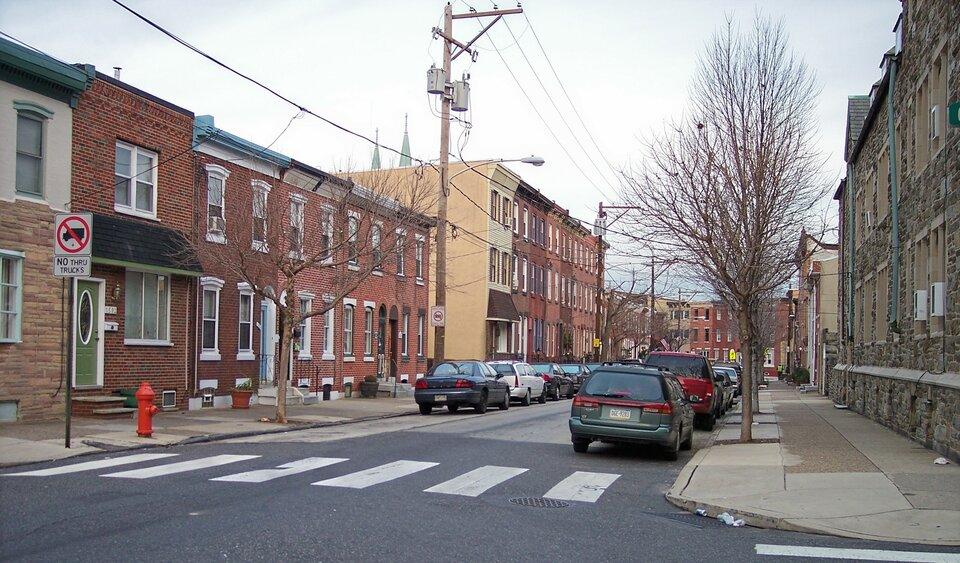 Na zdjęciu ulica wmieście, ceglane zabudowania jednopiętrowe starego typu.