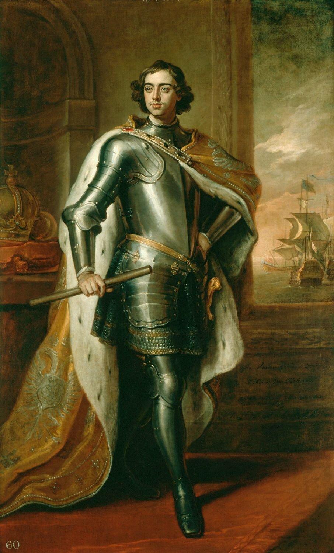 """Portret Piotra Iz1698 r. Portret został namalowany wLondynie podczas trwania tzw. """"wielkiego poselstwa"""". Był to dar występującego oficjalnie incognito (bez podania tożsamości, pod przybranym nazwiskiem) cara dla panującego Wilhelma III. Wtle widać panoramę ze statkami – była to aluzja do budzącego największe zainteresowanie cara procesu budowy statków pełnomorskich (Piotr odwiedzał stocznie zarówno wAnglii jak iHolandii). Portret Piotra Iz1698 r. Portret został namalowany wLondynie podczas trwania tzw. """"wielkiego poselstwa"""". Był to dar występującego oficjalnie incognito (bez podania tożsamości, pod przybranym nazwiskiem) cara dla panującego Wilhelma III. Wtle widać panoramę ze statkami – była to aluzja do budzącego największe zainteresowanie cara procesu budowy statków pełnomorskich (Piotr odwiedzał stocznie zarówno wAnglii jak iHolandii). Źródło: Godfrey Kneller, 1698, olej na płótnie, Royal Collection, domena publiczna."""
