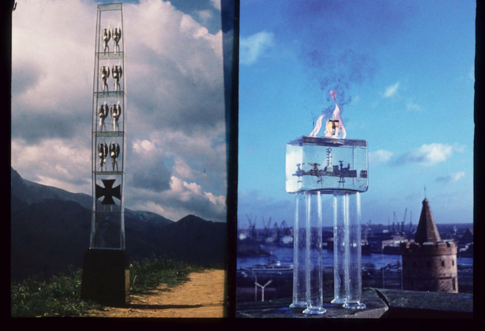 """Ilustracja przedstawiająca projekt pomnika """"Tym co na morzu"""" oraz """"Tym, co czwórkami do nieba szli"""" autorstwa Władysława Hasiora. Obydwa pomniki mają wydłużony kształt. Pomnik po lewej stronie to wysoka szklana kolumna na ciemnym postumencie. Na dole konstrukcji umieszczony jest ciemny krzyż, ponad nim na poszczególnych czterech półkach widoczne są stojące postacie. Pomnik po prawej stronie to olbrzymie akwarium stojące na szklanych słupach. Wśrodku zbiornika umieszczony okręt, na powierzchni płonący ogień otacza krzyż."""