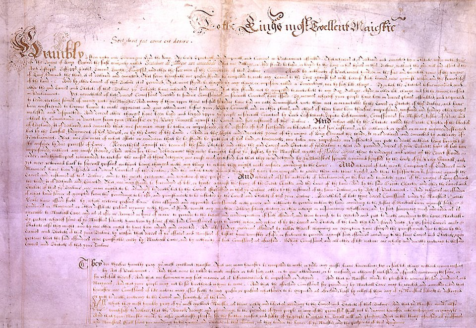 """Akt""""Petycja oprawo"""" (Petition of Right) wydany w1628 r., ratyfikowany przez obie izby parlamentu oraz podpisany przez króla. Stanowi on jeden ztzw. dokumentów konstytucyjnych, określających podstawy prawne Anglii. Zawiera on szereg praw, które precyzowały zakres władzy królewskiej, zakazując m.in.: nakładania nowych podatków bez zgody parlamentu, potwierdzając postanowienia wcześniejszego przywileju """"magna carta"""" zakazujące więzienia bez wyroku, ograniczając dowolny nakaz kwaterunku dla wojska izwiązanych ztym nadużyć.Wobec potrzeb finansowych związanych zchęcią pomocy dla oblężonego La Rochelle iopozycji parlamentu wobec tych poczynań oraz obawiając się ataku na swojego faworyta George'a Villersa księcia Buckingham, król zgodził się na petycję. Weuforii związanej ze zgodą parlament uchwalił podatki, ale późniejsze obrady ponownie zaktywizowały opozycję, co doprowadziło do rozwiązania parlamentu. Akt""""Petycja oprawo"""" (Petition of Right) wydany w1628 r., ratyfikowany przez obie izby parlamentu oraz podpisany przez króla. Stanowi on jeden ztzw. dokumentów konstytucyjnych, określających podstawy prawne Anglii. Zawiera on szereg praw, które precyzowały zakres władzy królewskiej, zakazując m.in.: nakładania nowych podatków bez zgody parlamentu, potwierdzając postanowienia wcześniejszego przywileju """"magna carta"""" zakazujące więzienia bez wyroku, ograniczając dowolny nakaz kwaterunku dla wojska izwiązanych ztym nadużyć.Wobec potrzeb finansowych związanych zchęcią pomocy dla oblężonego La Rochelle iopozycji parlamentu wobec tych poczynań oraz obawiając się ataku na swojego faworyta George'a Villersa księcia Buckingham, król zgodził się na petycję. Weuforii związanej ze zgodą parlament uchwalił podatki, ale późniejsze obrady ponownie zaktywizowały opozycję, co doprowadziło do rozwiązania parlamentu. Źródło: Parliament of England, 1628, domena publiczna."""