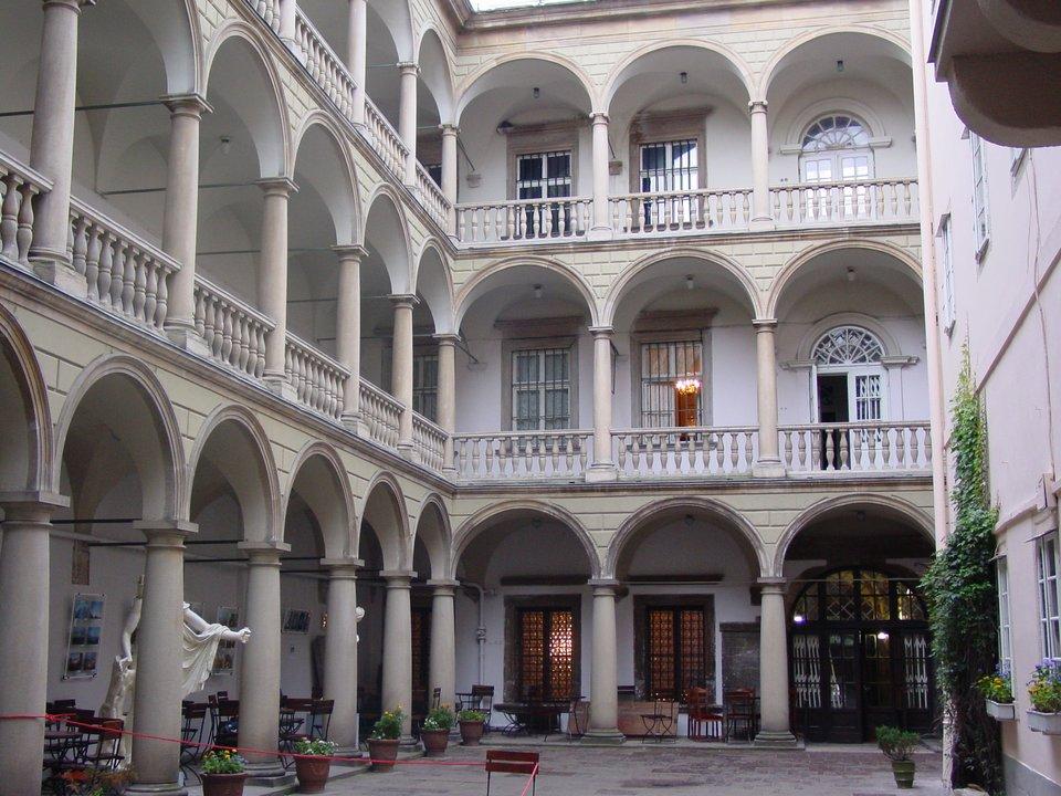 Lwów - Kamienica Królewska,dziedziniec Lwów - Kamienica Królewska,dziedziniec Źródło: Wikimedia Commons, licencja: CC BY-SA 3.0.