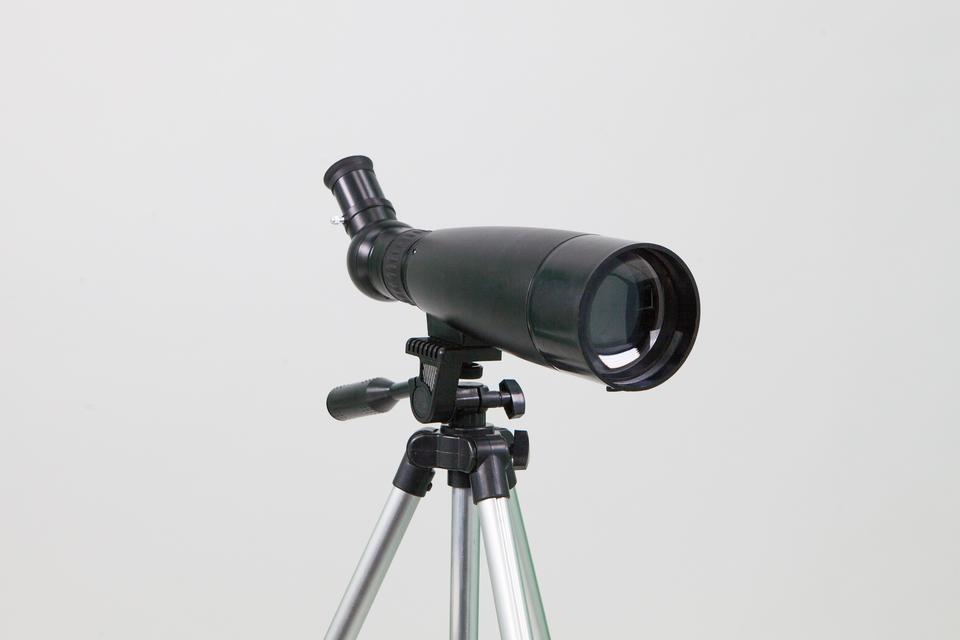 Fotografia prezentuje lunetę na statywie.