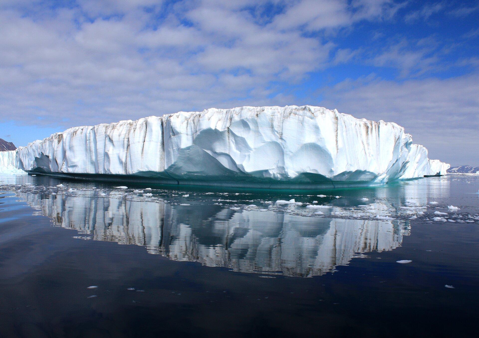 Na zdjęciu zbita masa lodu wwodzie.