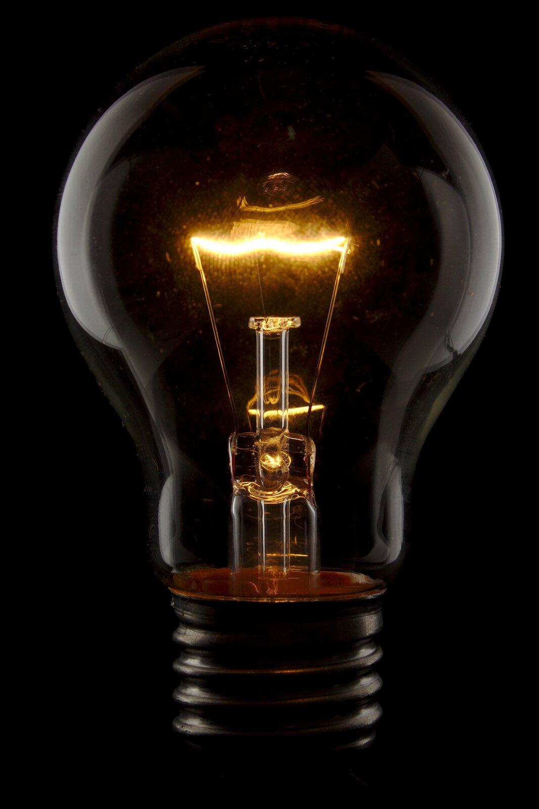 Zdjęcie świecącej żarówki