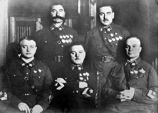 Wpierwszym rzędzie od lewej: Michaił Tuchaczewski, Kliment Woroszyłow, Aleksandr Jegorow. Wdrugim rzędzie od lewej: Siemion Budionny, Wasilij Blücher Wpierwszym rzędzie od lewej: Michaił Tuchaczewski, Kliment Woroszyłow, Aleksandr Jegorow. Wdrugim rzędzie od lewej: Siemion Budionny, Wasilij Blücher Źródło: domena publiczna.