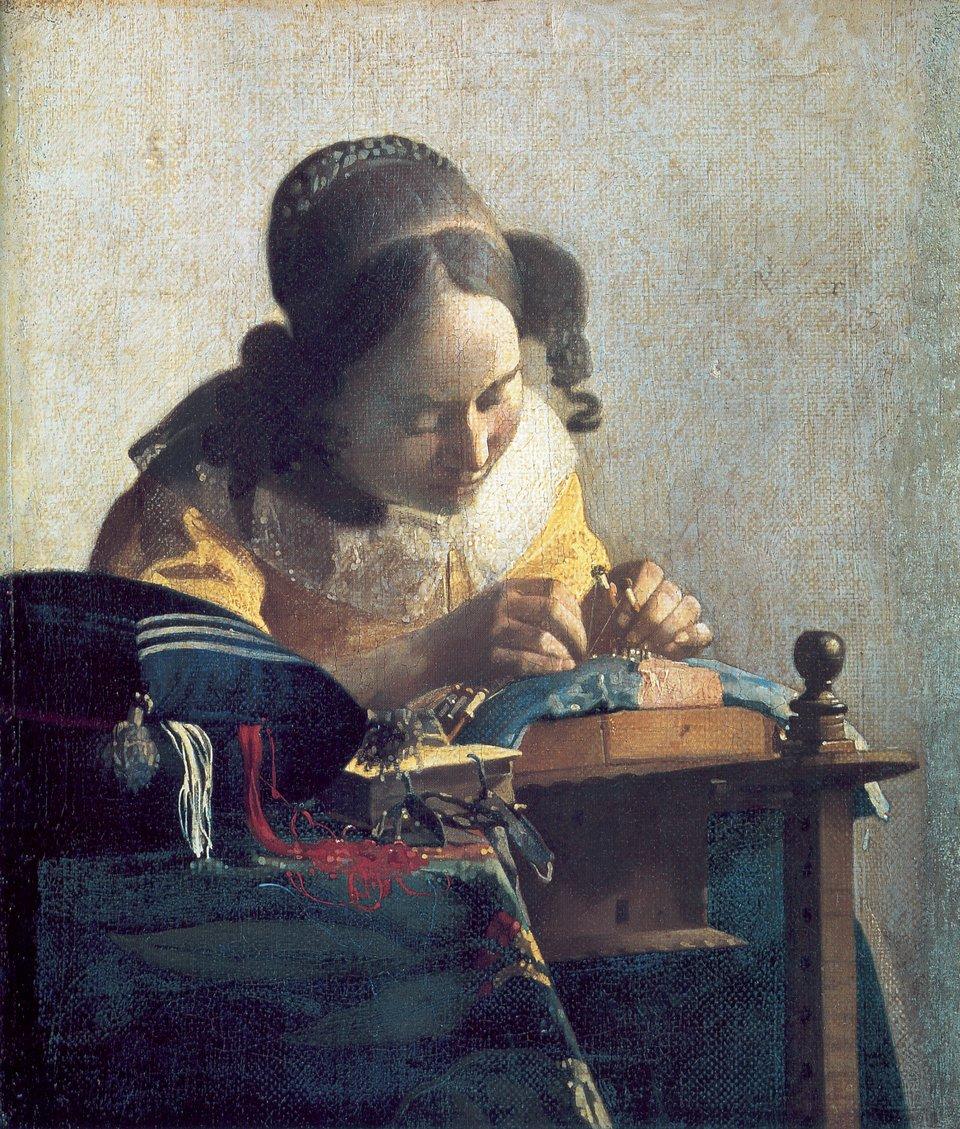 Kolorowy obraz. Nad stolikiem pochyla się dziewczyna ubrana wżółtą bluzkę zbiałym, koronkowym kołnierzem. Dziewczyna ma wręku narzędzia, którymi pracuje nad kawałkiem materiału, który przed nią leży. Obok leży granatowy szal wbiałe pasy, przybornik znićmi ikolorowe nici.