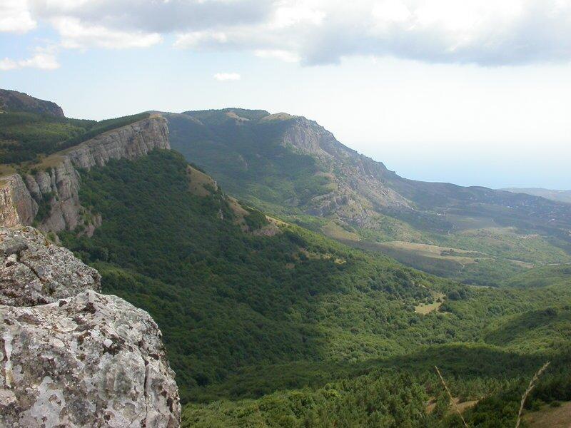 Góry Krymskie Góry Krymskie Źródło: licencja: CC 0, [online], dostępny winternecie: https://commons.wikimedia.org/wiki/File:Crimea.Yayla.Cliff-2.jpg [dostęp 14.10.2015 r.].