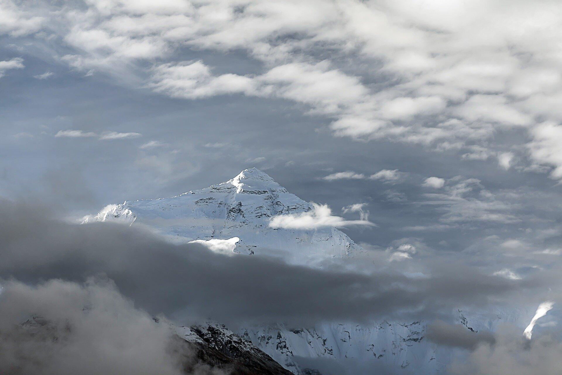 Ilustracja przedstawia szczyt górskich wHimalajach.