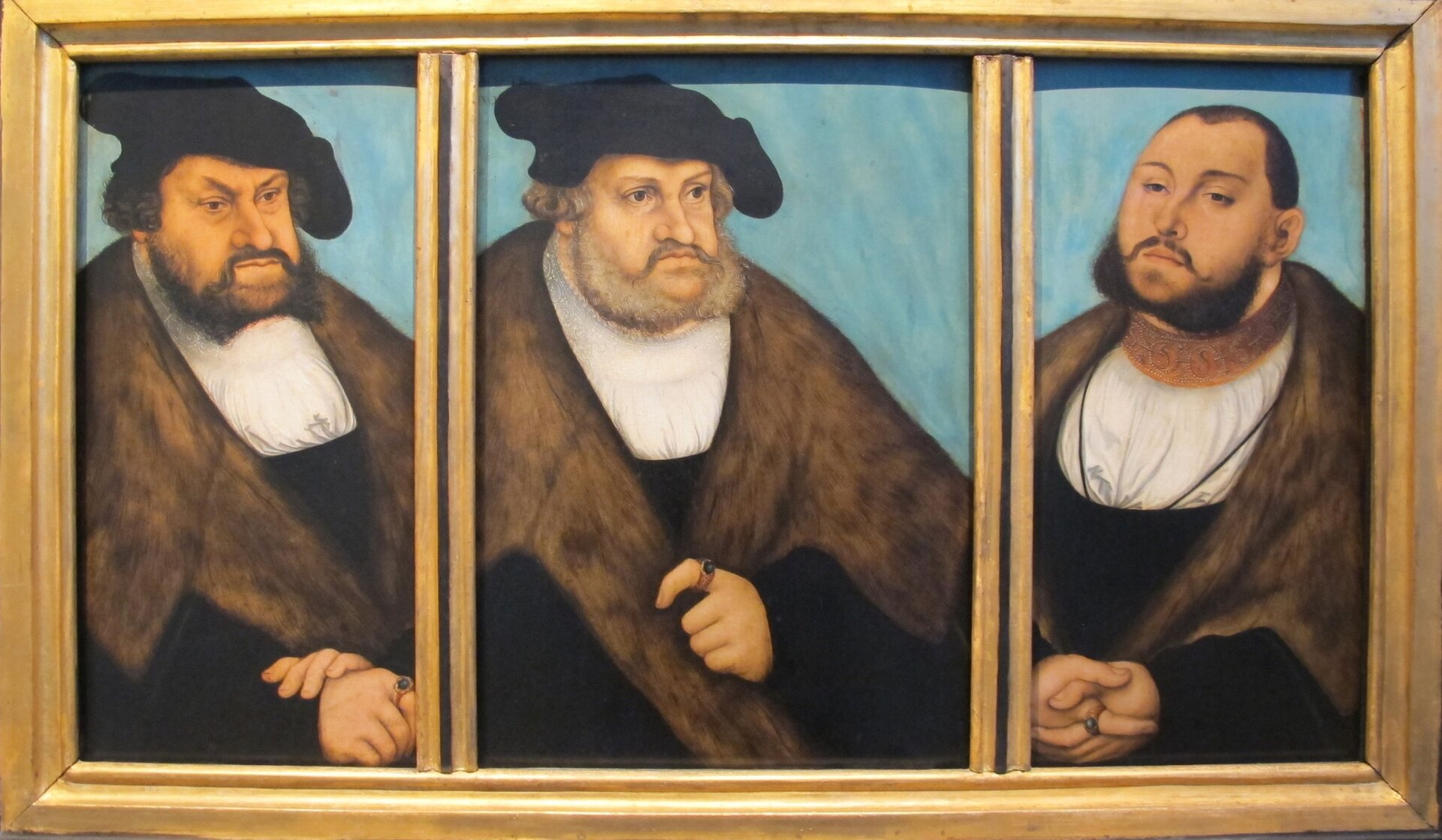 Elektorzy sascy – protektorzy luteranizmu – wśrodku Fryderyk Mądry(1486-1525), po lewej Jan Stały (1525-1532), po prawej Jan Fryderyk Wspaniałomyślny (1532-1547) Elektorzy sascy – protektorzy luteranizmu – wśrodku Fryderyk Mądry(1486-1525), po lewej Jan Stały (1525-1532), po prawej Jan Fryderyk Wspaniałomyślny (1532-1547) Źródło: sailko , Lucas Cranach Starszy, ok. 1532, malarstwo na buku, Germanisches Nationalmuseum, licencja: CC BY-SA 3.0.