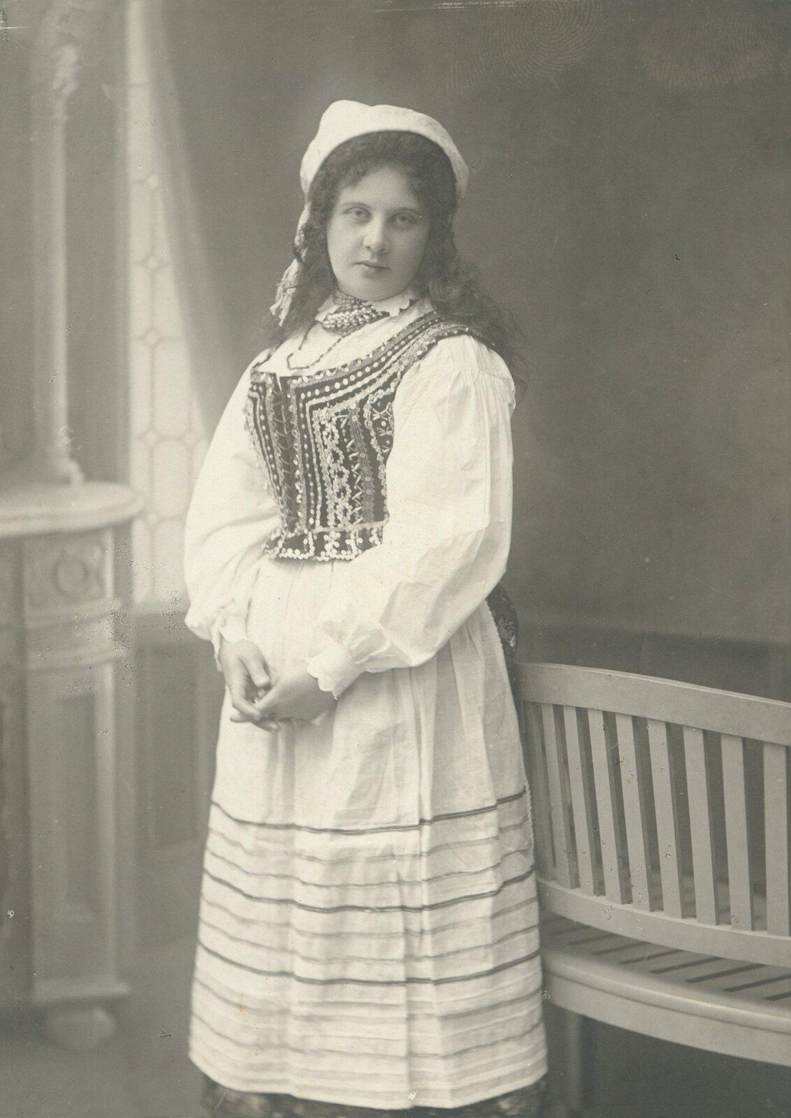 Portret kobiety wstroju ludowym, ok. 1906–1910 Portret kobiety wstroju ludowym, ok. 1906–1910 Źródło: domena publiczna.