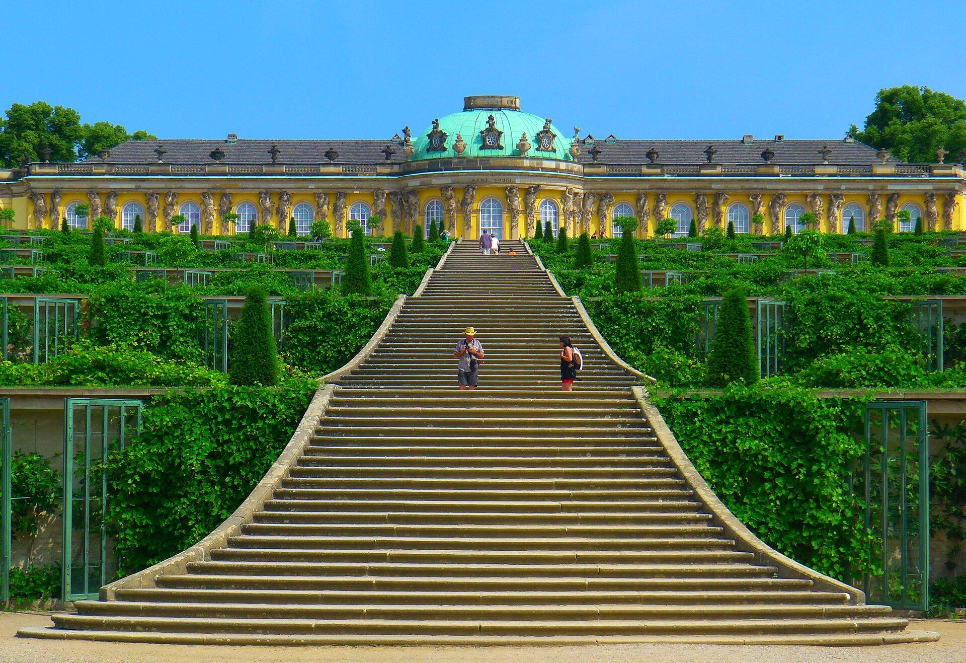 Ogród wSanssouci:Pałac królewski wPoczdamie Ogród wSanssouci:Pałac królewski wPoczdamie Źródło: Mbzt, Wikimedia Commons, licencja: CC BY-SA 3.0.