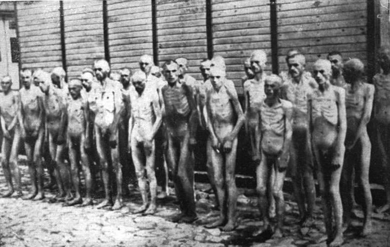 Grupa żołnierzy radzieckich whitlerowskich obozach śmierci Źródło: Grupa żołnierzy radzieckich whitlerowskich obozach śmierci, Fotografia, Bundesarchiv, licencja: CC BY-SA 3.0.