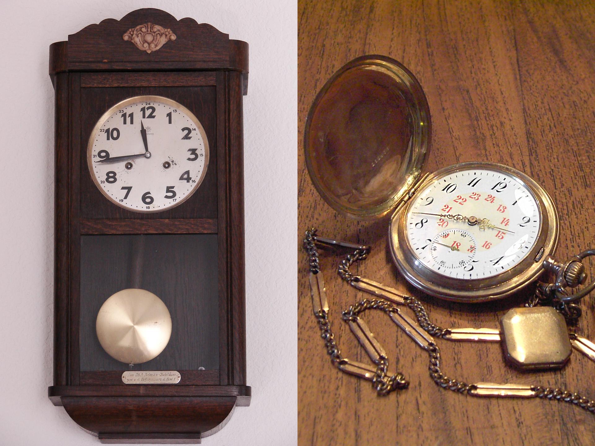 Fotografia przedstawia dwa starodawne zegary: od lewej wahadłowy, naścienny, po prawej - mechaniczny, złańcuszkiem.