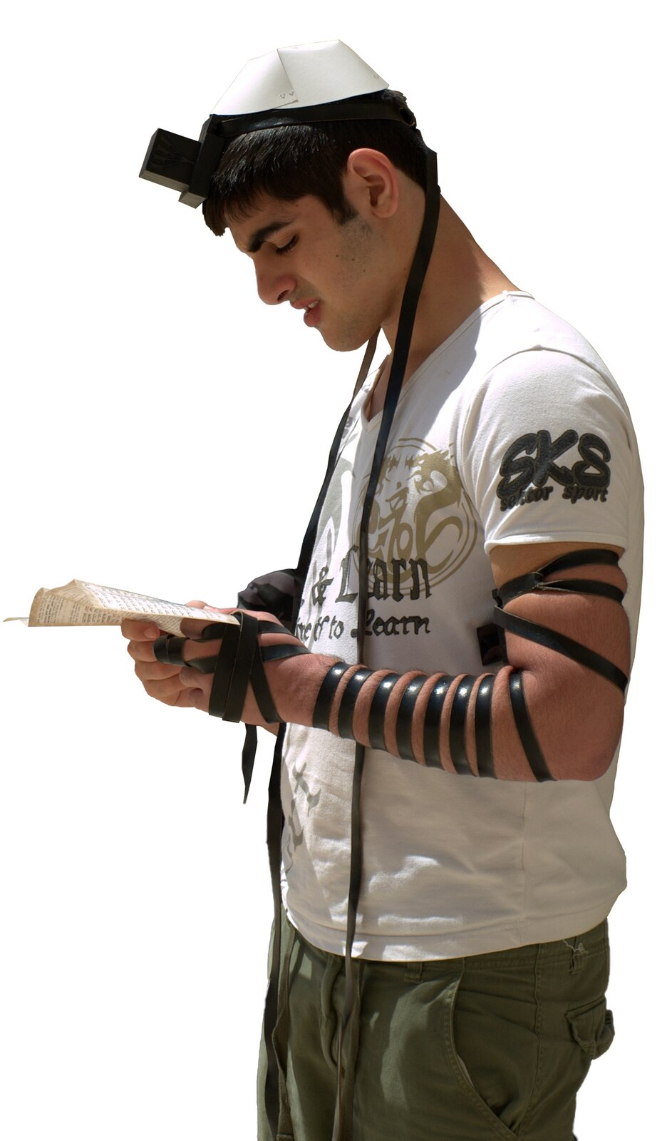 Pobożny Żyd noszący podczas porannej modlitwy tefilin, na który składają się dwa niewielkie, skórzane pojemniki zawierające pergaminowe fragmenty Tory, przymocowane rzemieniami do czoła iramienia. Pobożny Żyd noszący podczas porannej modlitwy tefilin, na który składają się dwa niewielkie, skórzane pojemniki zawierające pergaminowe fragmenty Tory, przymocowane rzemieniami do czoła iramienia. Źródło: David Shankbone, Wikimedia Commons, licencja: CC BY 3.0.