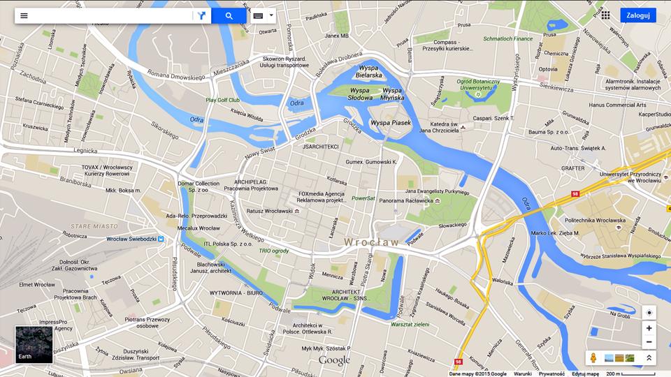Ilustracja trzecia przedstawia plan centrum Wrocławia. Tło jest szare, ulice są białe, ulice przelotowe żółte. Ulice iplace są opisane. Zprawego dolnego rogu do lewego górnego rogu wije się rzeka Odra. Ma kolor niebieski. Od wschodu, południa izachodu niebieska fosa otacza ścisłe centrum miasta, aod północy Odra.