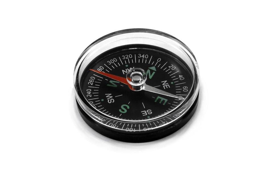 Kompasy magnetyczne posiadają igłę magnetyczną zawieszoną ruchomo na osi, która po ustabilizowaniu ustawia się wzdłuż linii sił ziemskiego pola magnetycznego. Czerwony koniec igły wskazuje kierunek północny. Tarcza ma zaznaczone kierunki Świata oraz podziałkę kątową obejmującą 360o (tzw. róża wiatrów). Skróty kierunków: N– północ, W– zachód, S– południe, E– wschód.