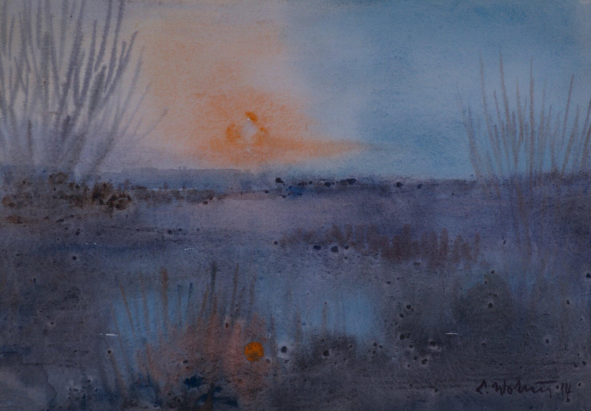 """Ilustracja przedstawia obraz """"Pejzaż"""" autorstwa Lecha Wolskiego. Akwarela ukazuje krajobraz zdelikatnie zaznaczonymi krzewami itrawami oraz zachodzącym nad horyzontem słońcem. Kompozycja utrzymany jest wchłodnej niebiesko-szarej tonacji. Ciepły akcent stanowi tutaj jedynie rozmyty pomarańcz słońca."""
