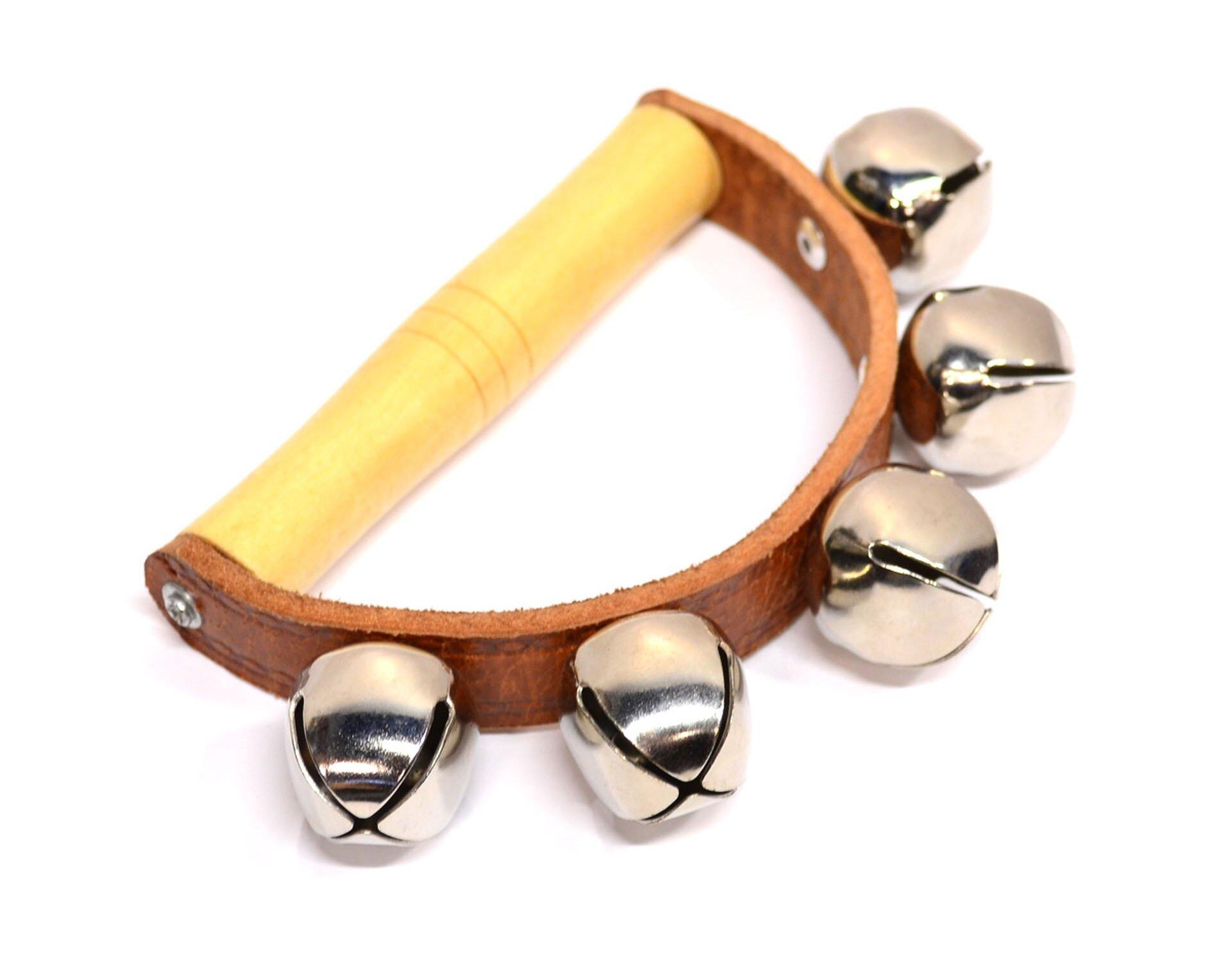Ilustracja przedstawia janczary, rodzaj instrumentu muzycznego zgrupy idiofonów, wpostaci niewielkich dzwoneczków. Klasyczny sposób ich użycia polega na przywiązaniu ich do uprzęży końskiej, skutkiem czego zaprzęg biegnąc wywołuje charakterystyczny dźwięk wrytm końskich kroków.