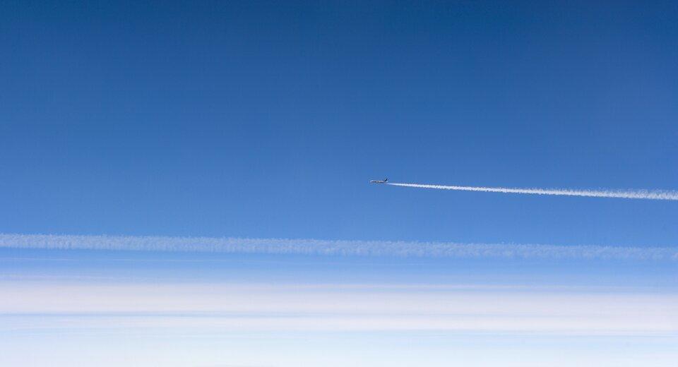 Fotografia przedstawia samolot lecący po niebie.