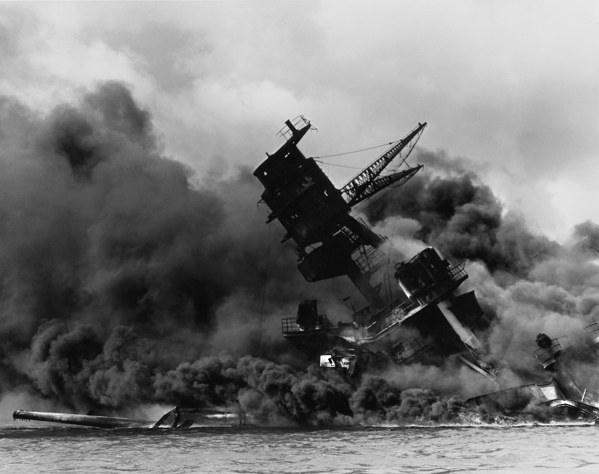 USS Arizona (BB-39) po ataku na Pearl Harbor Zdjęcie nr 1 Źródło: Mmxx, USS Arizona (BB-39) po ataku na Pearl Harbor, licencja: CC 0.