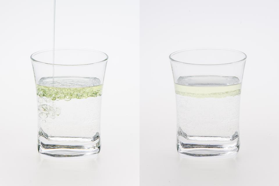 Dwa zdjęcia: Na pierwszym – do szklanki zwodą wlewany jest olej. Na drugiej widać, jak olej tworzy oddzielną warstwę.