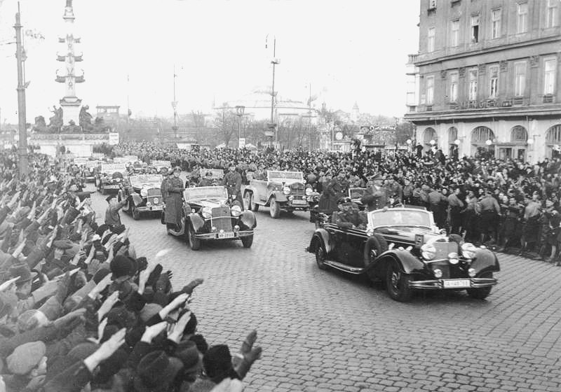 Powitanie wojsk niemieckich przez mieszkańców Austrii Powitanie wojsk niemieckich przez mieszkańców Austrii Źródło: Bundesarchiv Bild 146-1972-028-14, licencja: CC BY-SA 3.0.