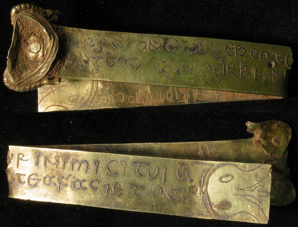 Skarb ze Staffordshire Złoty pasek złacińską inskrypcją biblijną zKsięgi Liczb, wchodzący wskładSkarbu ze Staffordshire - ponad siedmiokilowej kolekcjizłotych przedmiotów zVII-VIII wieku odnalezionych 5 lipca 2009 roku na polu whrabstwie Staffordshire. Źródło: portableantiquities, Skarb ze Staffordshire, VII-VIII wiek, fotografia, Birmingham Museum & Art Gallery, licencja: CC BY-SA 2.0.