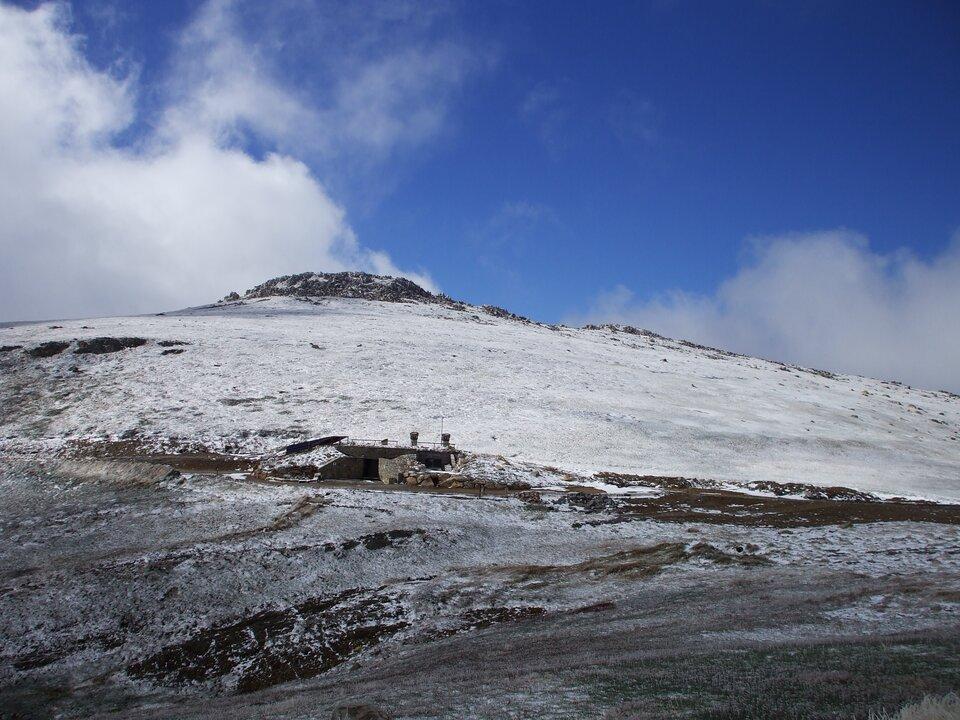 Na ilustracji ośnieżony szczyt górski.