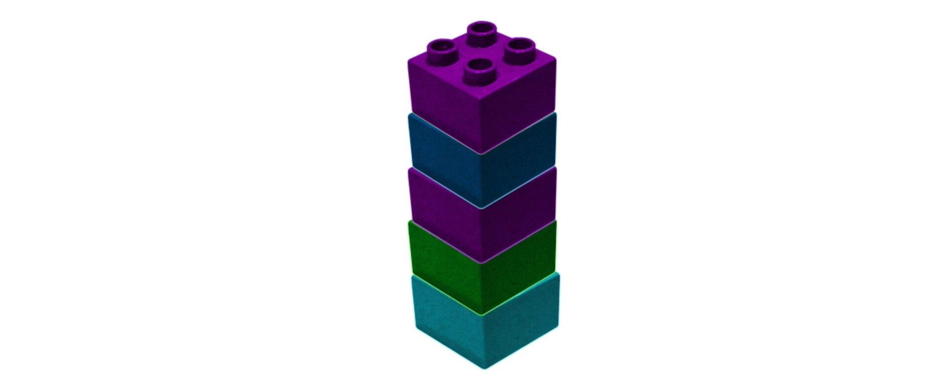 Rysunek wieży zbudowanej zpięciu jednakowych klocków.