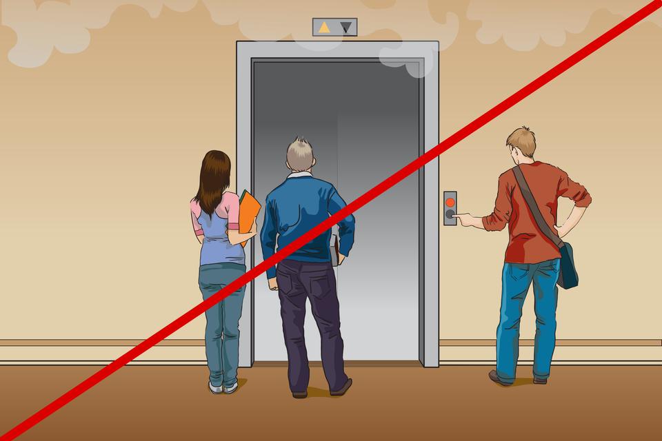 Ilustracja przedstawia sytuację, wktórej uczniowie stoją przed drzwiami windy chcąc zniej skorzystać. Widoczny jest też dym unoszący się pod sufitem. Rysunek jest przekreślony czerwoną kreską na znak, że wtej sytuacji jest to postępowanie niedopuszczalne. Wtrakcie ewakuacji nie należy korzystać zwind.